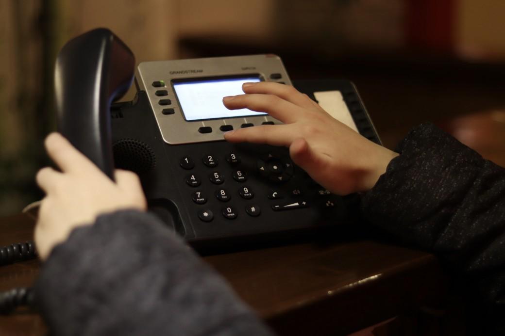 un téléphone fixe à domicile